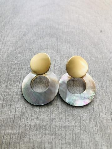 Stud metal and shell earring